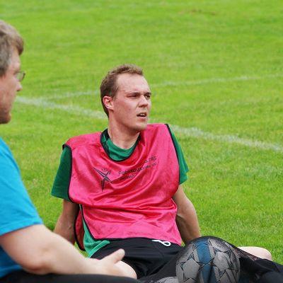 Heikki Wilén kesken pelitilanteen jalkapallokentällä