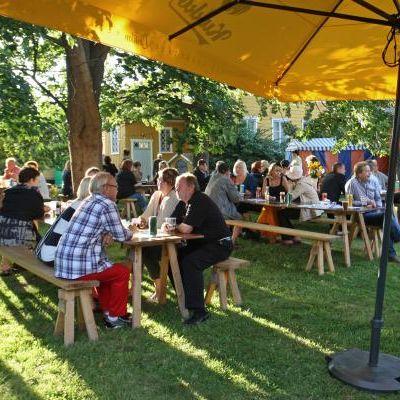 Rauman elokuvajuhlan avajaiset vuonna 2011. Ihmisiä istumassa pöytien ääressä ulkona.