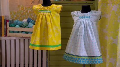 Den turkosa klänningen har fått längre fåll och den gula är sydd av en  gammal gardin b6f745595aa98