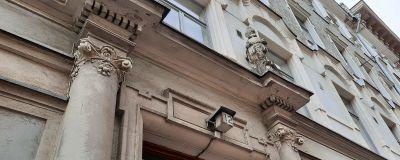 Dörr till flervåningshus med en lampa med nummer 12.