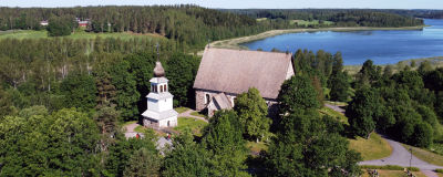 Flygbild över Karis kyrka, i bakgrunden syns vatten.