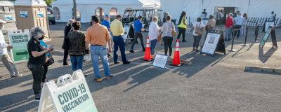 Ihmisiä jonottaa juuri avattuun koronarokotustelttaan Miamissa, Floridassa maaliskuussa.