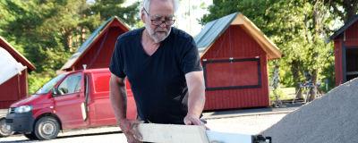 En man vid namn Mårten Johansson står och sågar en bräda vid en maskin.