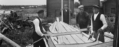 En liten båt byggs på 1930-talet
