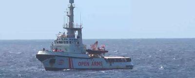 Biståndsfartyget Open Arms har inte fått komma i hamn i Lampedusa.