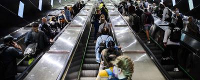 Människor på rulltrappa i Helsingfors.