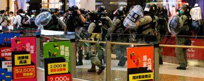 Polis och demonstranter drabbar samman i ett köpcenter i Hongkong den 10 maj 2020.