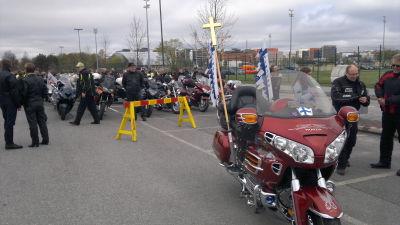 Kortegen leddes av en motorcykel med kors