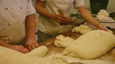 Bagarna på Aroma Bageri bakar bröd