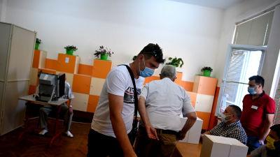 Väljare röstar vid en vallokal i Sofia.