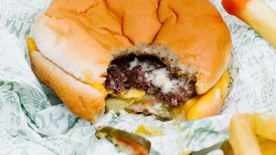 En närbild på en hamburgare.
