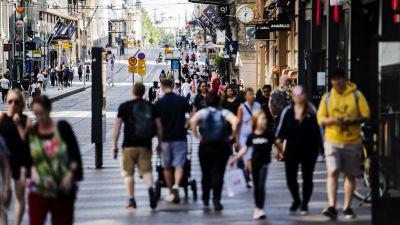 Kuvassa on ihmisiä Helsingin Aleksanterinkadulla heinäkuussa 2020.