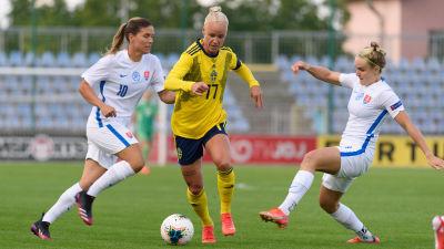 Sveriges Caroline Seger med boll i landskamp mot Slovakien.