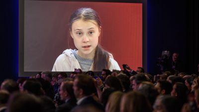 Greta Thunberg talar under en paneldiskussion i Davos.