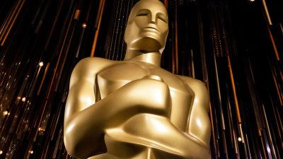 Oscarsstaty i guld mot glittrig bakgrund