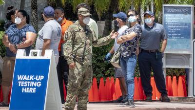 Människor i kö för coronavirustester i Florida.