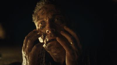 Rufus Sewell håller händerna mot sitt ansikte som håller på att ändra färg.