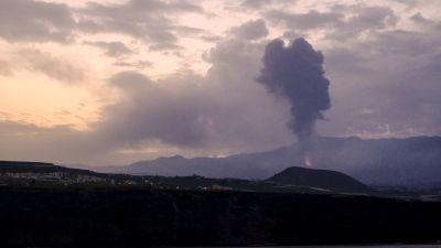 Bild på vulkan som spottar aska och spyr lava.