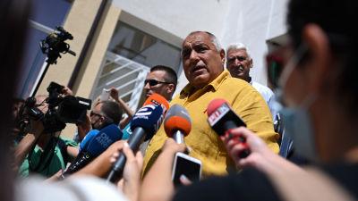 Bulgariens före detta premiärminister Bojko Borisov talar till pressen utanför en vallokal i Sofia.