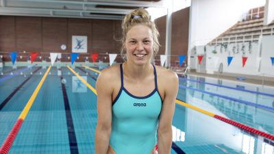 Uimari Fanny Teijonsalo istuu uima-altaan päädyssä.