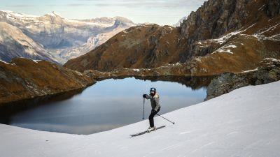 En skidåkare framför ett präktigt landskap.