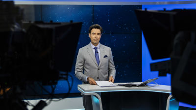 Kuvassa Ylen studiossa on Jussi-Pekka Rantanen, joka juonsi Ylen 20.30-uutislähetyksen syyskuisena maanantaina vuonna 2020.
