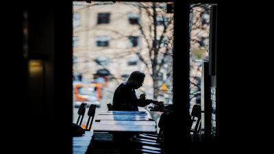 Mies syö lounasaikaan Friends & Burgers -ravintolassa Helsingissä.