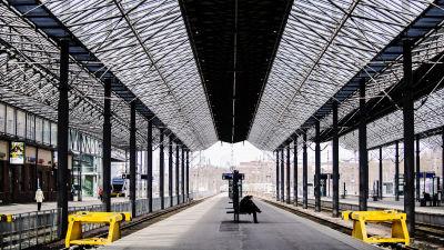 Kuvassa on hiljainen Helsingin päärautatieasema.