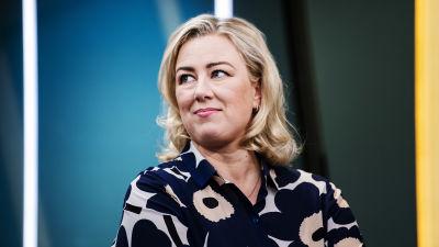 Jutta Urpilainen i svartvit Marimekko-skjorta.