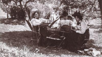 Kvinnor i en trädgård, troligen vid Hotel St James i Le Cannet. Kvinnan till vänster är Valborg Wallensköld.
