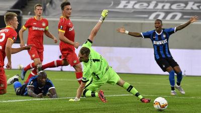 Romelu Lukaku gör mål mot Lukas Hradecky.
