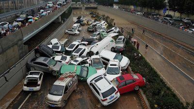 Bilar i högar på en nedfart till en vägtunnel i centrala Zhengzhou på torsdagen.