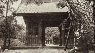 Harald Gallén vid ingången till ett buddhistiskt tempel i staden Kamakura i östra Japan. Fotografiet taget år 1914.
