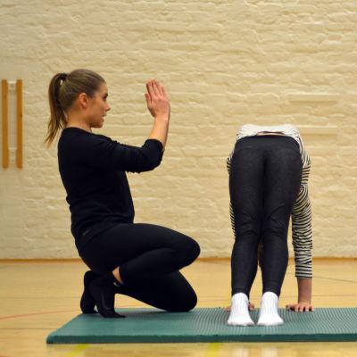 Linda Ahlroos med en gymnast på grundkursen i redskapsgymnastik.