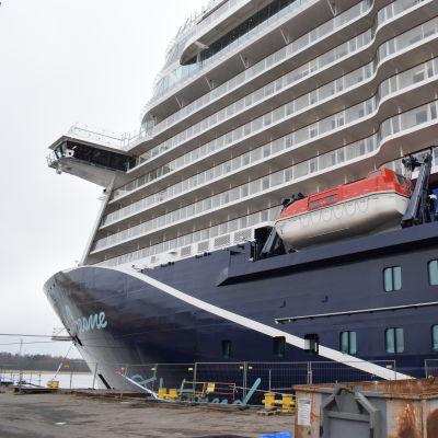 Kryssningsfartyget Mein Schiff 1 vid varvet i Åbo.