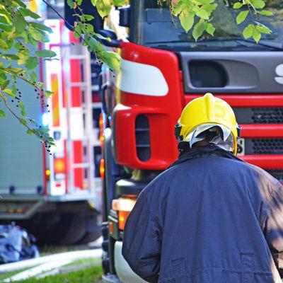 Brandman och brandbil