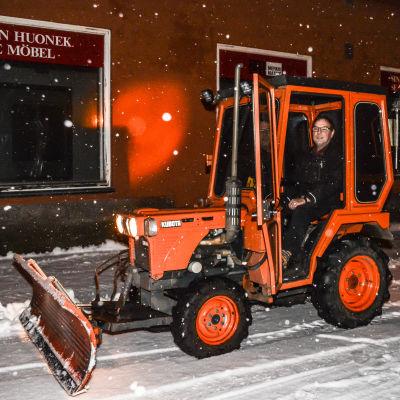 fastgihetsskötare i en liten traktor med plog