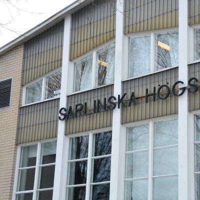 Närbild på fönster i Sarlinska skolan i Pargas.