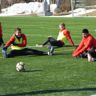 Darvin Chavez, Luis Enrique Robles och Jahir Barraza töjer på träning.
