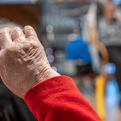 Vanhuksen käsi kuvattuna tuolijumpassa Myyrmäen vanhustenkeskuksessa, Vantaalla.