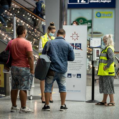 Finavian koronan infopiste Suomeen saapuville, Helsinki-Vantaan lentoasema, 11.8.2020.