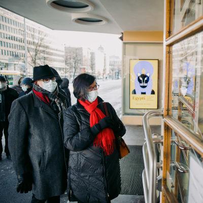 Birgitta Palmqvist ja Pontus Palmqvist olivat ensimmäisinä jonossa taidenäyttelyyn.