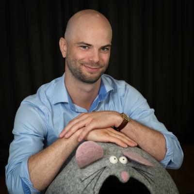 Jonathan Lindholm nojailee hiirenmalliseen kissan pesään.