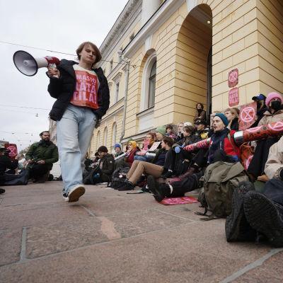 Elokapinan mielenosoittajia valtioneuvoston edessä.