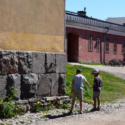 Barn leker på Sveaborg