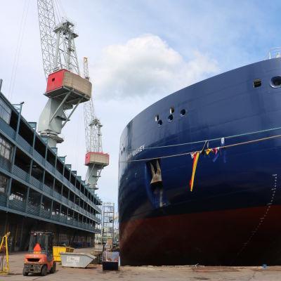 Isbrytare på docka på Sandvikens skeppsvarv