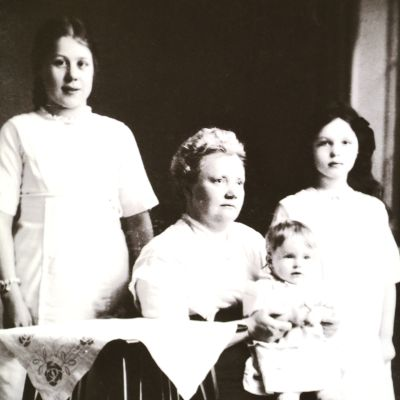 Alva Forsius familjeporträtt med döttrarna