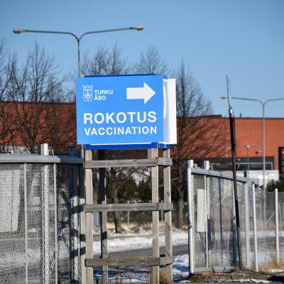 En skylt om coronavaccinationer utanför Åbo mässcentrum.
