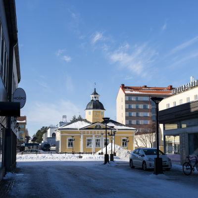 Raatihuoneentori Kajaanissa aurinkoisena talvipäivänä.