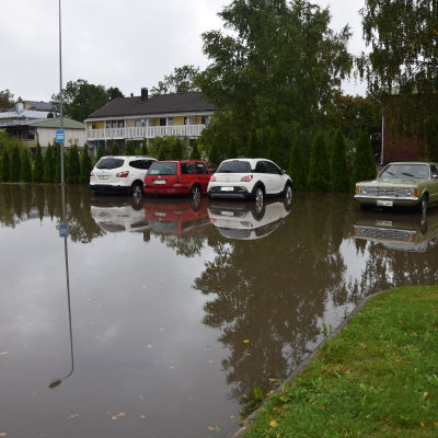 Översvämmad parkeringsplats i Karis.